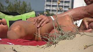 he masturbate her - voyeur beach close-up video